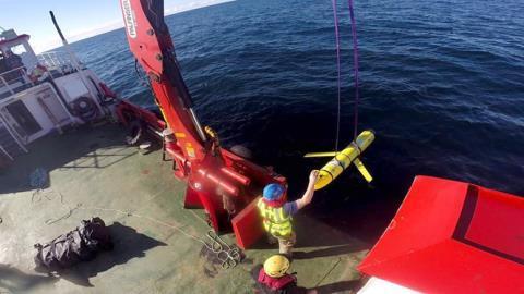 Mỹ điều chiến hạm khủng nhận lại tàu lặn Trung Quốc bắt