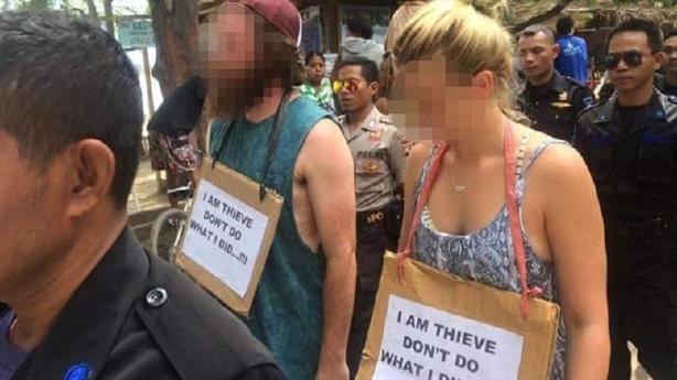 Bắt khách du lịch Tây đeo biển 'tôi là kẻ cắp...'