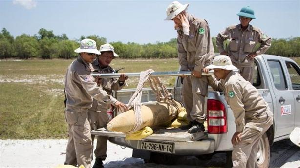 Nhặt được bom Mỹ, 7 thanh niên Việt mang đi giấu