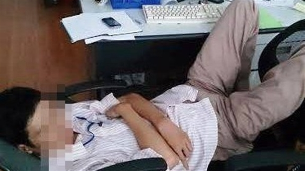 Đình chỉ Phó phòng ngủ gác chân lên bàn làm việc