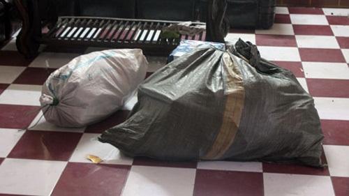Con trai trộm bao tải tiền của mẹ: Vứt bụi cây