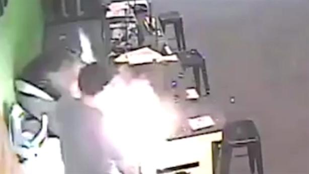 Clip: Chàng trai hút thuốc lá điện tử bị nổ bung mặt