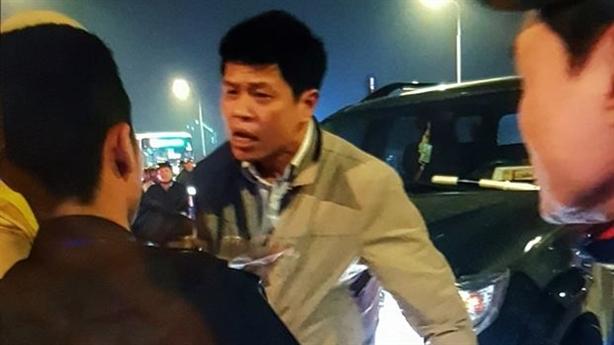 Lái xe biển xanh tát Cảnh sát cơ động: Do bực mình