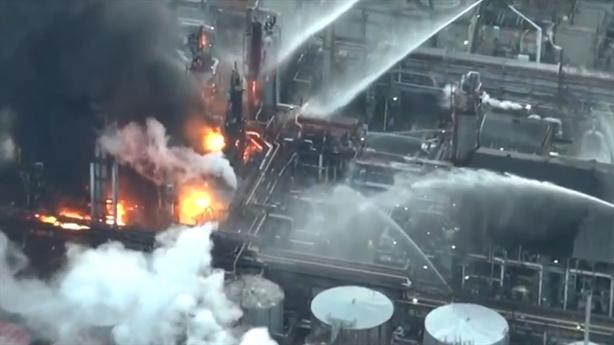 Clip: Cháy cả nhà máy lọc dầu Nhật Bản