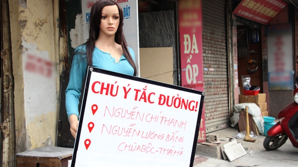 Robot cảnh báo tắc đường ở Hà Nội: Nhìn giống ma-nơ-canh?