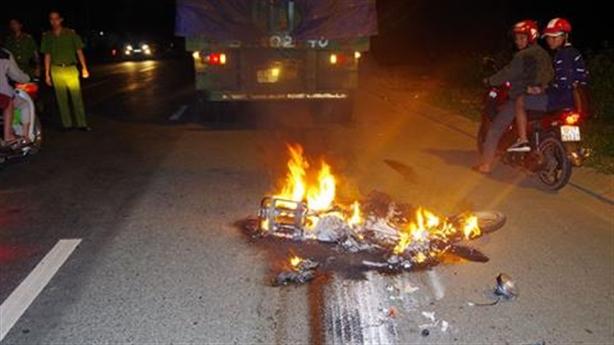 Va chạm, xe bốc cháy kinh hoàng, 3 anh em tử vong