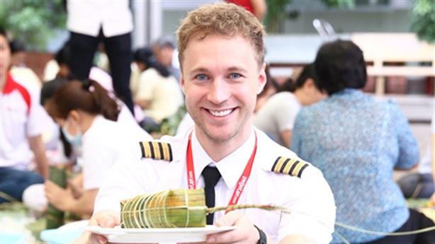 Chàng phi công điển trai gói bánh tét gây sốt
