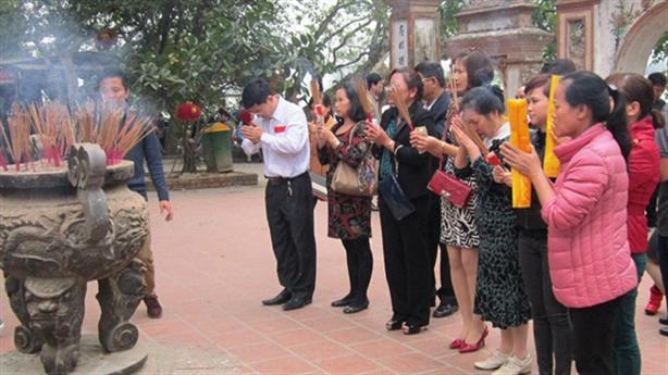 Xử mạnh tay cán bộ BHXH đi lễ chùa: Tín hiệu tốt