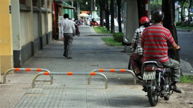 Lắp barie chống xe máy leo vỉa hè: CSGT chỉ nhược điểm