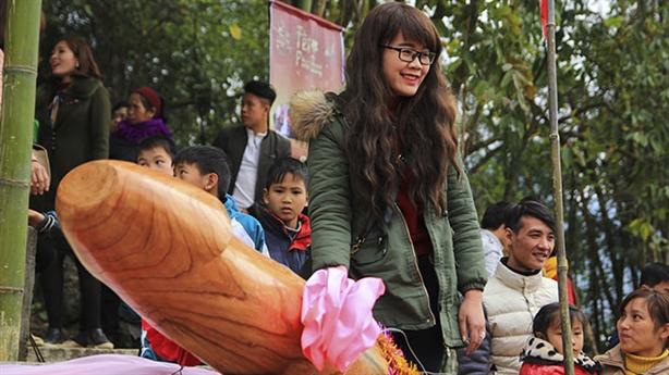 Nữ du khách thích chụp ảnh trong lễ hội rước 'của quý'