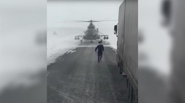 Trực thăng hạ cánh giữa cao tốc để hỏi đường