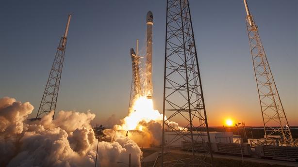 Space X đưa khách du lịch lên mặt trăng bằng Falcon 9