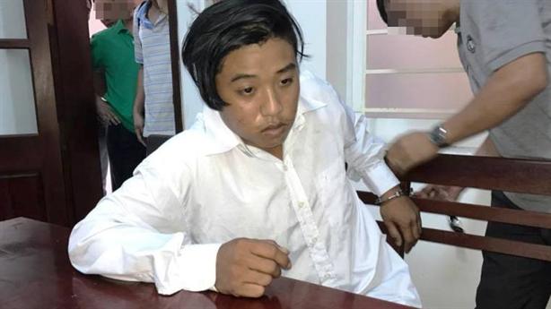 Giết vợ con cán bộ huyện: Thay áo trắng tránh camera