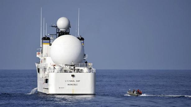 Tàu Iran chạy tốc độ cao tạt đầu ép tàu Mỹ