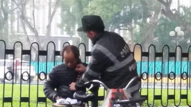 CSCĐ cởi áo tặng cụ ông ngày mưa rét: Tâm sự thật