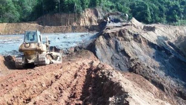 Vỡ đập chứa bùn thải kim loại: Đập chứa đắp bằng đất