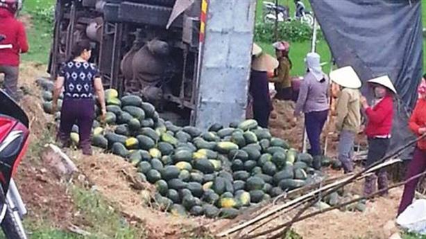 Người dân nói gì khi nhặt giúp 20 tấn dưa bị lật?