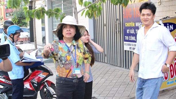 Nữ Chủ tịch phường đóng phạt hộ người bán hàng rong