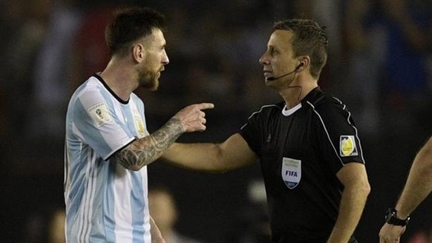 Messi bị phạt: Cuộc chiến giữa FIFA và UEFA?