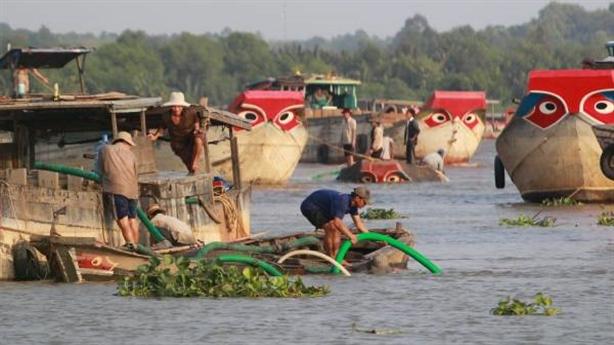 Cát tặc rút ruột dòng sông: Bí ẩn lợi ích nhóm