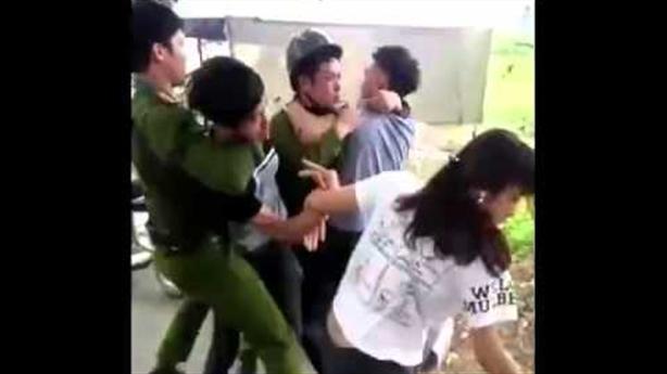 Kiểm tra nhầm người mua dâm, cảnh sát bị đánh đau