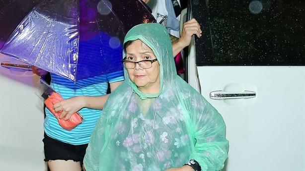 Bị tố nợ nần, mẹ Mr.Đàm đội mưa đến xem con diễn