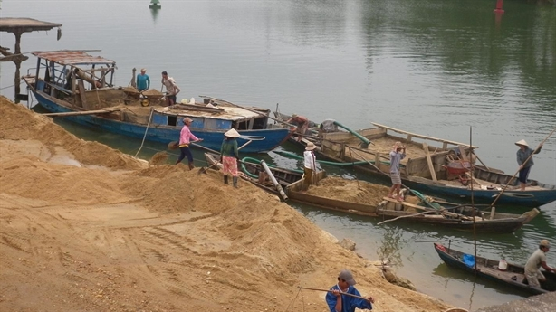 Khai thác cát, rút ruột dòng sông: Hiểm họa được báo trước?