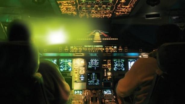 Máy bay nước ngoài bị chiếu laser: Nhiều cái khó