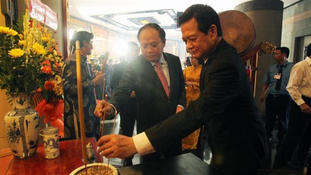 Nguyên Thủ tướng Nguyễn Tấn Dũng dâng hương tưởng nhớ vua Hùng