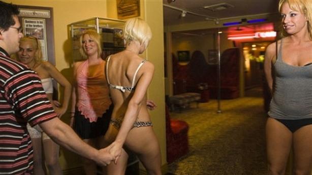 Nụ cười gượng của gái mại dâm sau cánh cửa đóng kín