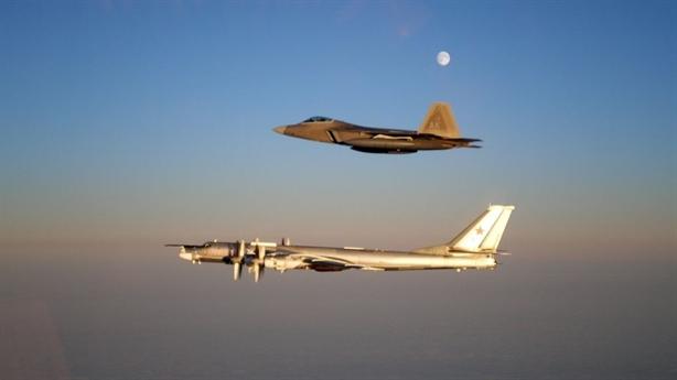 Tu-95 bị F-22 xua đuổi khi áp sát ADIZ của Mỹ