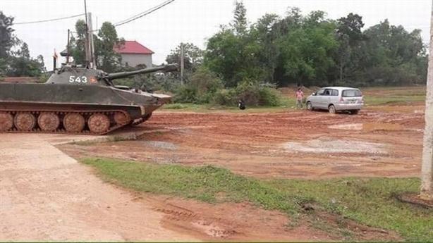 Vĩnh Phúc: Innova rách tan khi va phải xe tăng