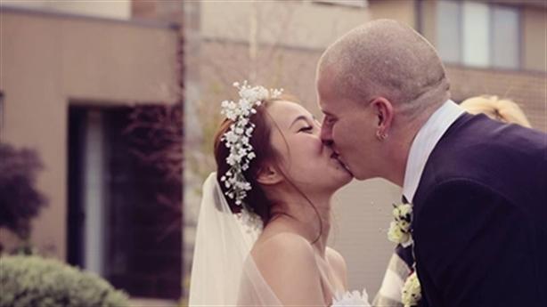 Chàng trai Úc tự làm nhẫn cầu hôn cô gái Việt