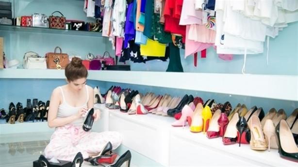Ngọc Trinh rạng rỡ khoe tủ giày khủng với fan