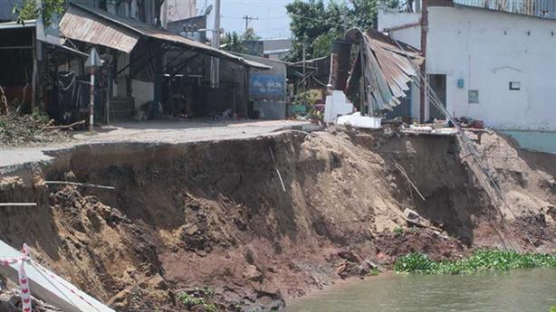 Sạt lở nguy hiểm ở An Giang: Mất cát thượng nguồn...
