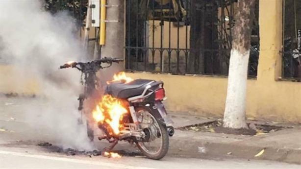 Thanh niên tự đốt xe máy khi bị CSGT cự tuyệt