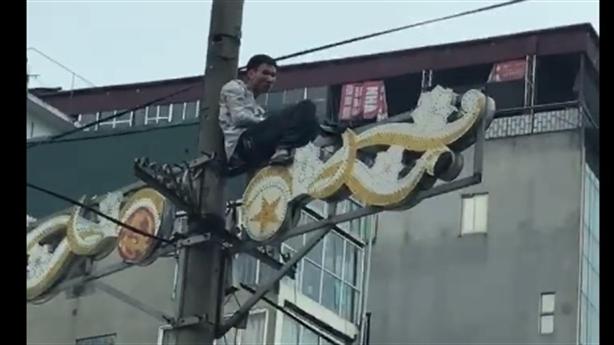 Thanh niên ngồi vắt vẻo trên cột điện: ngáo đá?