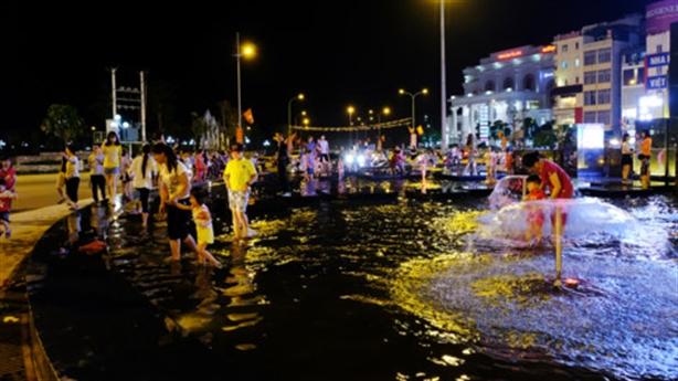 Cột đồng hồ 35 tỷ Hạ Long thành... chỗ lội nước