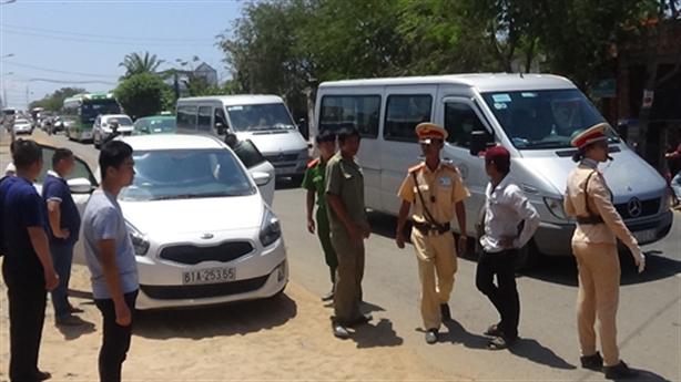 Khách Trung Quốc tông thẳng ôtô vào CSGT: Bỏ chạy 4 km
