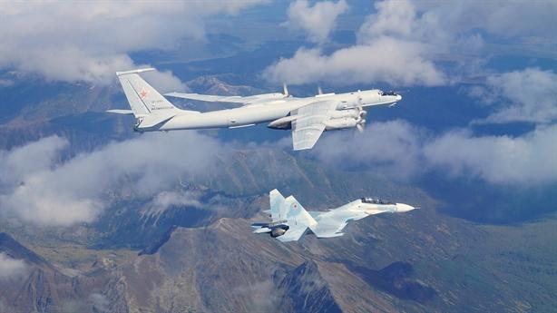 Su-35 hộ tống Tu-95 tiến thẳng vào ADIZ Mỹ