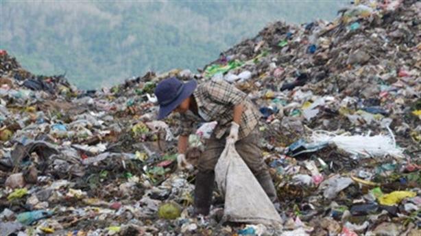 Bé trai chết trên bãi rác: Bố đi tù, mẹ bỏ đi