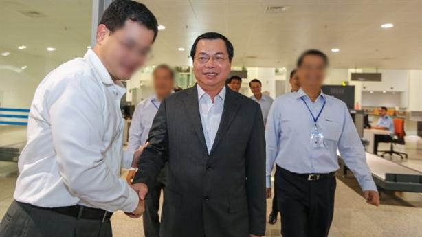 Ông Vũ Huy Hoàng được cho vào khu cách ly sân bay
