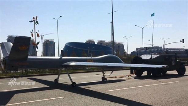 Dẫn máy bay Trung Quốc như dắt ngựa trong duyệt binh Kazakhstan