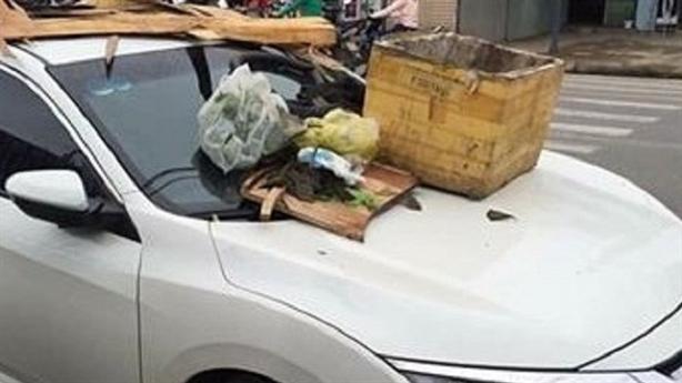 Ôtô bị đổ rác lên nóc: Đỗ chắn lối 4 nhà