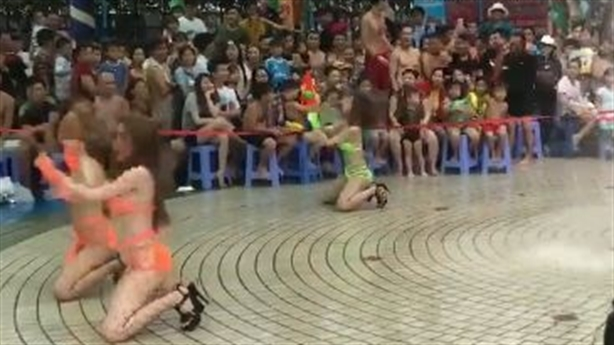 Vũ nữ nhảy bốc lửa ở công viên cho trẻ em