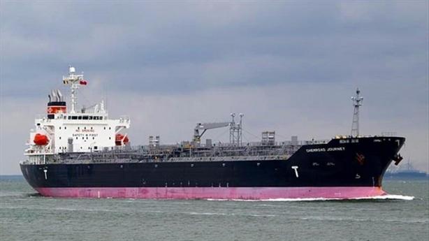 Tàu chở 2.000 tấn dầu mắc cạn, nghiêng trên biển Việt Nam