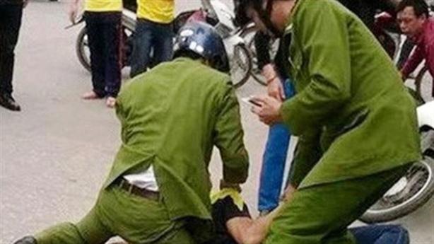 Hai cảnh sát bị người nước ngoài đánh liên tiếp, sưng mặt