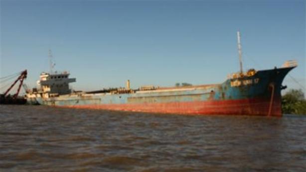 Tàu chở 2.000 tấn clinker va vật lạ trên Biển Đông