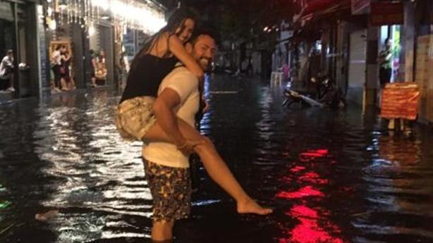 Khách Tây lội nước trên phố Tạ Hiện: Gãi suốt đêm