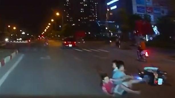 Tin mới vụ ôtô trả đũa xe máy sau cú tạt đầu